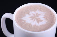 El equipo de formación de Cafés Candelas se ocupa de enseñar a los profesionales de la hostelería la elaboración de capuccinos artísticos (Latte Art) y cócteles de café.