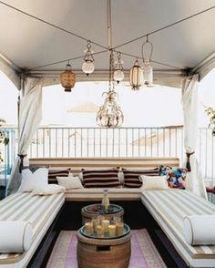 balkongestaltung mit entspannugsecke und dekoration