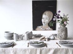 Louise Dorph, som står bag bloggen louisedorph.dk, inviterer dig med til bords med grå plissé. Se mere om, hvordan hun har ladet sig inspirere af grå plissé til en smuk borddækning på pillivuyt.dk. Decor, Living Room, Home Decor, Vase