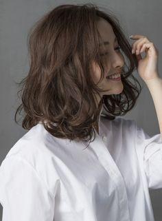 抜け感たっぷりの大人外ハネミディアム(髪型ミディアム)
