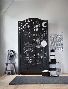 Graphic is THE trend, and why won't you make your room trendy? If you paint your closet with blackboard paint, you can write quotes on your closet YOU like. That makes your room very personal. Weird Furniture, Home Furniture, Bean Bag Furniture, Painted Cupboards, Kids Room Organization, Kids Bedroom, Bedroom Chair, Kid Spaces, Interiores Design