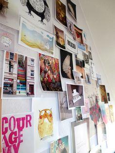 Die Bilder klebe ich immer spontan und simpel mit etwas Tesafilm am oberen Ende an die Wand und wechsel je nach Stimmung und aktuellem Arbeitsthema.  Ich mag, dass die Blätter manchmal leicht hochfliegen und nicht so gerade und fest an die Wand gepappt sind...