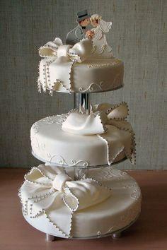 Pretty Bride & Groom Wedding Cake