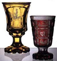Calici di vetro intagliato e inciso con superfici di color giallo e rubino. Stile boemo
