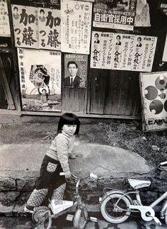 大阪万博のマークから1970年あたりか?