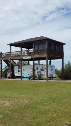 RV Patio Ideas – Patio is a great place to hang out with your family members and friends. trailers RV Patio Ideas – Patio is a great place to hang out with your family members and friends. Rv Shelter, Rv Carports, Rv Homes, House On Stilts, Remodeled Campers, Rv Living, Architecture, Planer, Bungalow