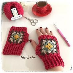 🌟Tante S!fr@ loves this📌🌟 Crochet Wool, Crochet Winter, Love Crochet, Crochet Crafts, Crochet Stitches, Crochet Baby, Crochet Projects, Fingerless Gloves Crochet Pattern, Knitted Slippers