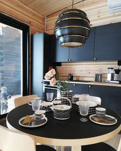Hirsimökin keittiön mustat keittiökalusteet tuovat elegantin kontrastin puunvärisille hirsipinnoille. Tyyliä ja tunnelmaa täydentävät Artek pöytäryhmä, A331 valaisin sekä tietysti hurmaavat Marimekko astiat. House Design, Kitchen Dining, Summer House, Decor, Home, Interior, Marimekko, Harmony House, Home Decor