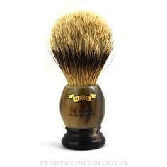 Przepiękny pędzel w rozmiarze 14 z najlepszej jakości włosia Pure White High Mountain Badger. Rączka wykonana z prawdziwego rogu bawolego, na rączce logo Plissona. Historyczny model Plissona.