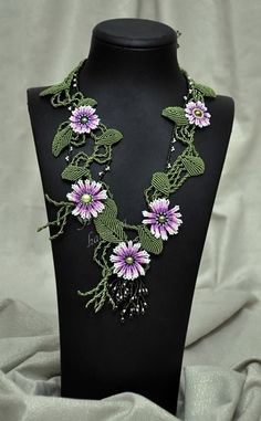Visual: blended color is great Macrame Necklace, Macrame Jewelry, Flower Necklace, Macrame Patterns, Beading Patterns, Micro Macrame Tutorial, Seed Bead Art, Micro Macramé, Macrame Design
