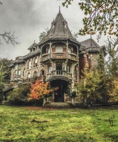Love the architecture of this old abandoned mansion Old Abandoned Houses, Abandoned Buildings, Abandoned Places, Old Houses, Abandoned Castles, Beautiful Architecture, Beautiful Buildings, Beautiful Homes, Classical Architecture
