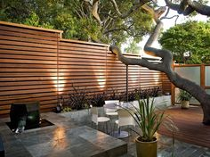 Want garden fence ideas with garden art ideas? These fence decorations are great ways to dress up your outdoor space. If you'd like specific ideas for privacy fences, I've got a collection of 70 Gorgeous Backyard Privacy Fence Decor Ideas on . Modern Backyard, Privacy Fence Designs, Front Yard, Small Courtyards, Outdoor Decor, Patio Design, Diy Backyard, House Landscape, Modern Fence Design