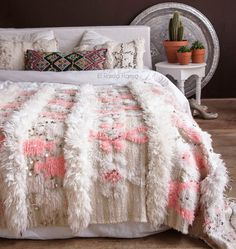 Are you looking for a beautiful and unique Moroccan wedding blanket? We are specialized in the most gorgeous vintage wedding blankets also called handira. Moroccan Home Decor, Moroccan Design, Bedroom Colors, Bedroom Decor, Design Marocain, Contemporary Bed Linen, Moroccan Wedding Blanket, Vintage Blanket, Houses
