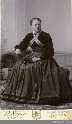 Atelierfoto av Dorthe O. Everyday Dresses, Folk Costume, Fashion History, Folklore, Norway, 19th Century, My Design, The Past, Museum