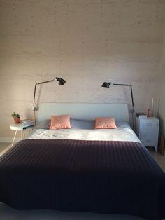 Slaapkamer met underlayment wand en Artemide lamp zwart. Nachtkastjes ...