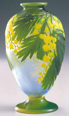 Émile GALLÉ Vaso in vetro Cameo, decoro floreale lavorato all'acido e rifinito alla mola. H. cm. 20. Kitazawa Museum of Art. (hva)