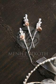 Χειροποίητα κλασικά στέφανα γάμου με ρομαντικά με πορσελάνινα λουλούδια 596c861110c