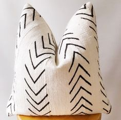 Authentic Mudcloth pillow cover ,natural and black Mudcloth pillow cover ,Ikat mud cloth pillow cov - Authentic Mudcloth pillow cover ,natural and black Mudcloth pillow cover ,Ikat mud cloth pillow cov - Sofa Pillow Covers, Sofa Pillows, Boho Throw Pillows, Best Pillows For Sleeping, Pillow Forms, Hand Spinning, Ikat, Couture, Hand Weaving