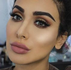 Huda Kattan, the force behind the popular Huda Beauty lashes and lip contours, is dominating the world of lip products right no. Make Natural, Natural Makeup Looks, Natural Colors, Huda Beauty Makeup, Skin Makeup, Women's Beauty, Flawless Makeup, Beauty Care, Beauty Tips