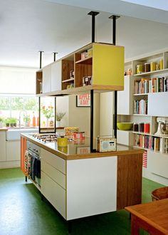 Vintage kitchen: give it a pop style - hélène - - Cuisine vintage : lui donner un style pop A central island with vintage colors - Retro Home Decor, Cheap Home Decor, Kitchen Interior, Kitchen Decor, 50s Kitchen, Kitchen Yellow, Modern Retro Kitchen, Kitchen Storage, Olive Kitchen