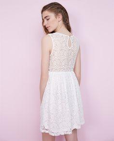 Vestido sin mangas con escote y espalda de encaje. Cierre en la espalda con botón. Lace dress.