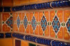 30 Stunning Spanish Kitchen Backsplah Décor Ideas Home Decor … - Modern Spanish Tile Kitchen, Mexican Tile Kitchen, Mexican Kitchens, Kitchen Backsplash, Backsplash Ideas, Kitchen Countertops, Kitchen Appliances, Diy Design, Design Ideas