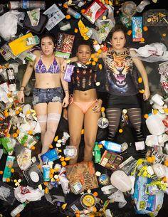 Liggen in eigen afval | OneWorld.nl