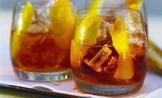 IL Negroni, nacque a Firenze nel 1920 grazie al Conte Negroni che, stanco di bere il solito americano chiese al barman un'aggiunta di gin al posto del selz.  Il cocktail è davvero semplicissimo da fare, innanzi tutto il bicchiere dovrà essere un tumbler basso. Mettete direttamente nel bicchiere il ghiaccio, versate una parte di gin, una di bitter e una di vermouth rosso.  Mescolate li ingredienti con un cucchiaio da barman nel bicchiere e aggiungere mezza fetta di arancia o anche solo la…
