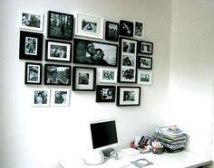 Een combinatie van zwarte en witte fotolijstjes.