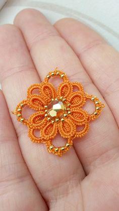Frivolité à la navette: Petite fleur pour futur bracelet