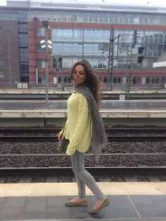 Blog de moda / Fashion blog. Jersey calado amarillo casual - complementos grises / Casual yellow lace sweater - grey accessories.