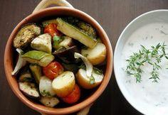 Sült zöldségek zöldfűszeres mártogatóssal Caprese Salad, Gluten Free, Chicken, Recipes, Food, Minden, Drink, Glutenfree, Beverage