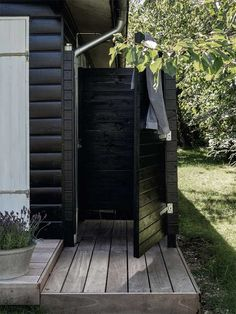 Bolig: Fra dunkel cigarkasse til lys sommeroase Outdoor Baths, Outdoor Bathrooms, Outdoor Spaces, Outdoor Living, Outdoor Decor, Tiny House Exterior, Beach Shack, Cabins And Cottages, Back Patio