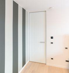 Hoge binnendeur zonder omlijsting tot aan het plafond. Maatwerk van het Belgische merk Anyway Doors.