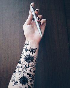 Gorgeous Sunflower Tattoo Ideas That Will Make Your Day .- Wunderschöne Sonnenblumen-Tattoo-Ideen, die Ihren Tag verschönern Beautiful sunflower tattoo ideas that will beautify your day - Tattoo App, 10 Tattoo, Tattoo Henna, Tattoo Life, Get A Tattoo, Tattoo Wolf, Wrist Tattoo, Tattoo Neck, Tattoo Crown