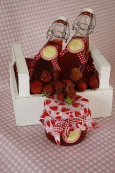 Himbeeressig, Erdbeer-Holunderblüten-Sirup und Erdbeer-Limetten-Konfitüre