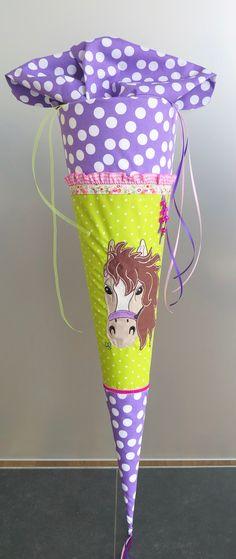 ☆ ☆ ☆ ☆ ☆ ☆ ☆ ☆ ☆ ☆ ☆ ☆ ☆ ☆ ☆ ☆  Für kleine Pferdenärrinnen gibt es hier eine Pferde Schultüte für den ersten wichtigen Tag im Leben.  Die Schultüte ist aus verschiedenen Baumwollstoffen genäht und...