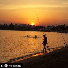 Últims banys del dia mentre es pon el sol #aRoses ... Gràcies @macompte per compartir aquesta foto amb #VisitRoses ・・・ #aroses #visitroses #badiaderoses #rosesincostabrava #republicadelatramontana