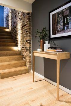 Montée d'escaliers avec un mur de briques