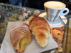Café da Manhã... #receitaitaliana #italia #italy #roma #rome #comida #cibo #food #cafedamanha #breakfast #colazione #cornetto #cappuccino #gourmetmeeteatdrink