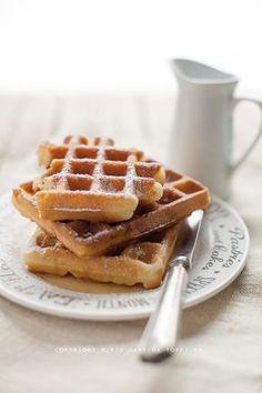 vi lascio una ricettina nuova di waffle, buona buona, per una colazione diversa dal solito o una merenda sfiziosa. La ricetta è quella dei crispy waffle, morbidi dentro e croccanti fuori, da affogare con una colata lavica di sciroppo d'acero.