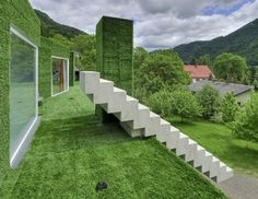 Family house in Frohnleiten, Austria, by architect Weichlbauer Ortis (ORTIS GmbH) covered in synthetic grass. Green Architecture, Landscape Architecture, Artificial Grass For Dogs, Fake Grass, Artificial Turf, Green Facade, Floating Staircase, Astro Turf, Unusual Homes