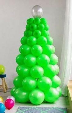 arbol de navidad hecho con globos