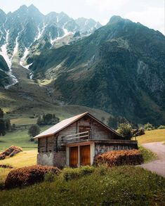 Make the most of every opportunity. Everyone you meet has something new to teach you. A rustic cabin with the Swiss Alps as its backyard. Cabin Homes, Log Homes, Wonderful Places, Beautiful Places, Forest Cabin, Beaux Villages, Cabins And Cottages, Log Cabins, Cabins In The Woods