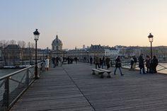 Sur le pont des Arts à Paris.