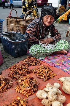 Selling ginger root at the market in Tuaran, Sabah, Malaysia People Around The World, Around The Worlds, Kuala Lampur, Traditional Market, Street Vendor, Philippines, Fresh Market, Expo 2015, Working People