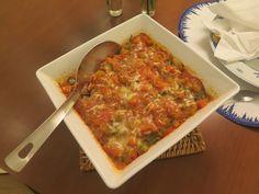 nhoque de mandioca: NHOQUE DE MANDIOCA E ESPINAFRE Rendimento: 4 porções com 230 calorias cada Massa 500g de mandioca, 1 xícara (chá) de espinafre cozido, espremido e picado, 1 ovo, 1 pitada de noz-moscada, 1 colher (chá) de sal, 1/2 xícara (chá) de amido de milho Molho 1 cebola picada, 2 dentes de alho amassados, 1 colher (sopa) de azeite, 5 tomates sem pele e sem sementes, 1 cenoura média em pedaços 1 colher (chá) de sal, 1 colher (sopa) de tomilho fresco. Preparo Cozinhe a mandioca e…