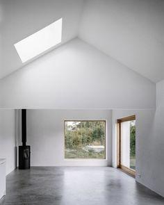 La maison se trouve sur un terrain arboré sur l'île de Gotland, en Suède. Ses murs sont entourés par des arbres et de la végétation afin de l'abriter des v