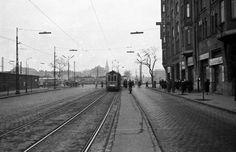 Üllői út a Nagyvárad térnél, jobbra a Haller (Hámán Kató) utca sarok, a háttérben a Nagyvárad téri Református Emlékezet temploma. 1960 Budapest, Utca, Street View