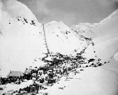 The Chilkoot Pass during the height of the Klondike Gold Rush, Scales (in front) and Chilkoot Pass (behind). Left pass: Golden Stairs, Right pass: Pederson Pass. Canadian History, American History, Old Pictures, Old Photos, Vintage Photos, The Big Read, Creepy History, Gold Prospecting, Call Of The Wild